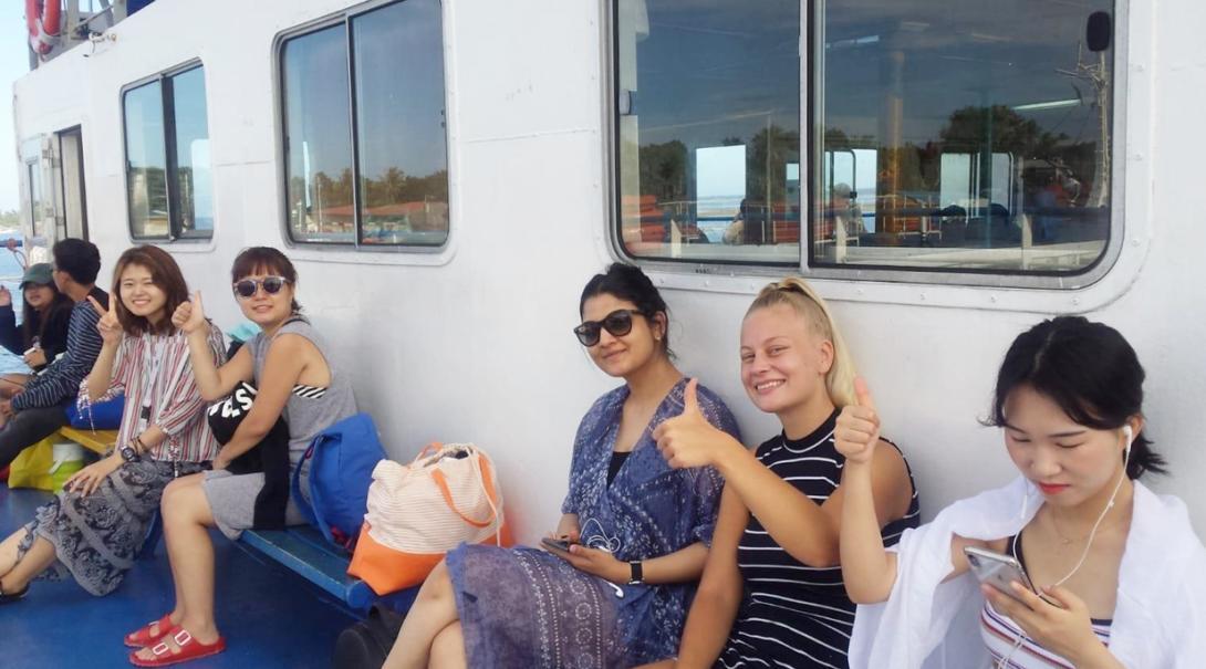 ボートに乗ってフィリピンの島々を巡る英語留学生と仲間たち